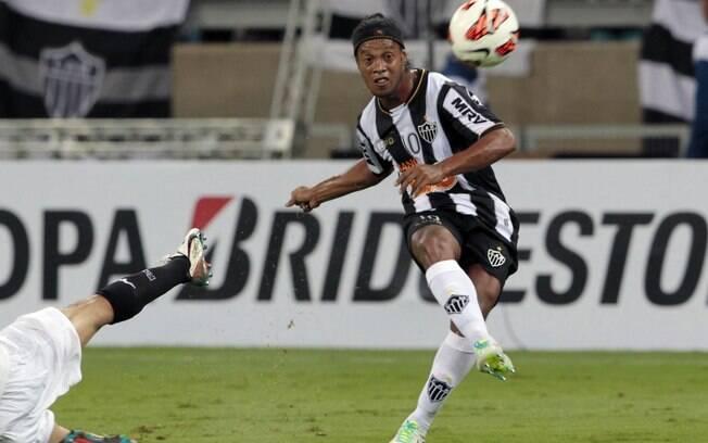 Ronaldinho alça bola na área, jogada bastante  explorada pelo Atlético