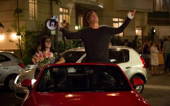 Arthur declara seu amor por megafone e pede Eliza em casamento em Totalmente Demais