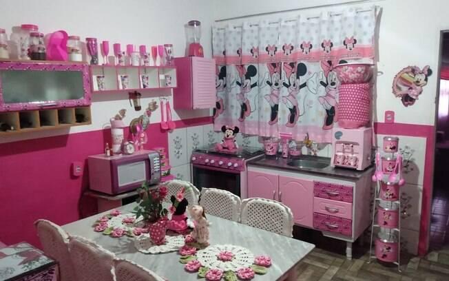 A cozinha de Nice é toda composta por itens rosas e com adesivos da Minnie, como os armários, a cortina e os potes