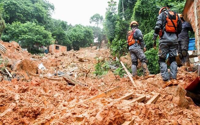 Ao menos 36 pessoas seguem desaparecidas após deslizamentos de terra causados pela chuva