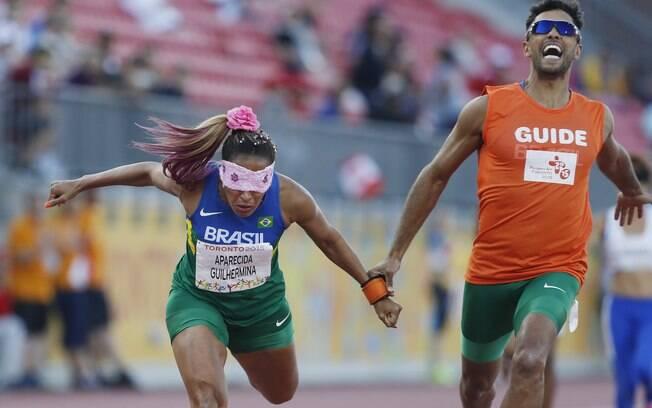 Terezinha Guilhermina, acompanhada pelo guia Guilherme Soares, vence os 100m T11; a porta-bandeira brasileira encabeçou um pódio só com velocistas compatriotas