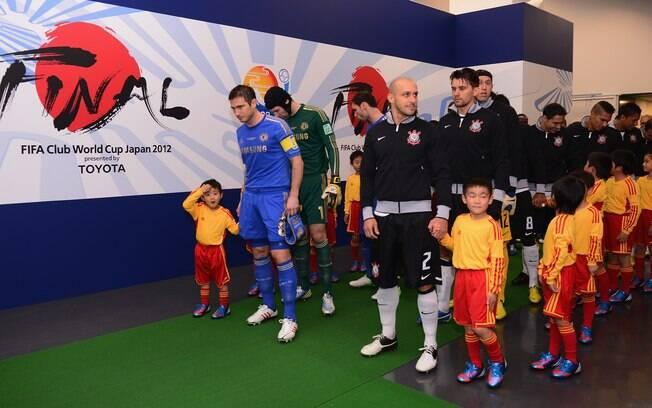 Jogadores de Corinthians e Chelsea ficam  perfilados antes de entrar em campo em Yokohama