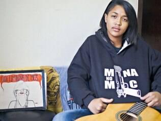 Timidez. Em seu quarto, Clara Lima passa boa parte do tempo escrevendo e compondo no violão. Em seu caderno pessoal, guarda uma música inédita para o pai e outras confissões