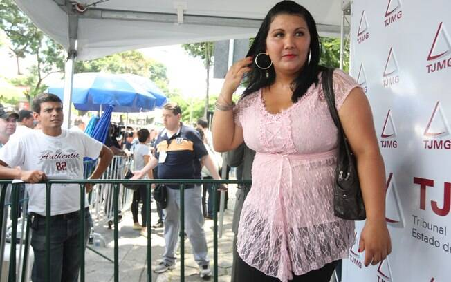 A ex-namorada de Luiz Henrique Ferreira Romão, em frente ao fórum Criminal de Contagem