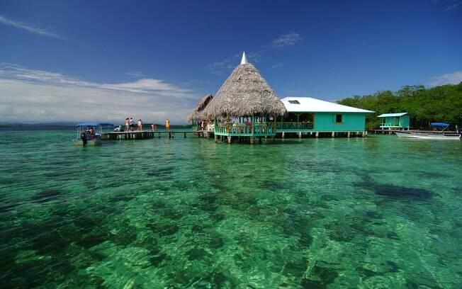 No passeio de barco, a parada para o almoço é no restaurante sob a água em Crawl Cay