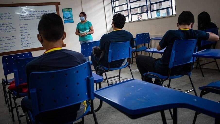 Ensino retorna no estado do Rio com capacidade reduzida