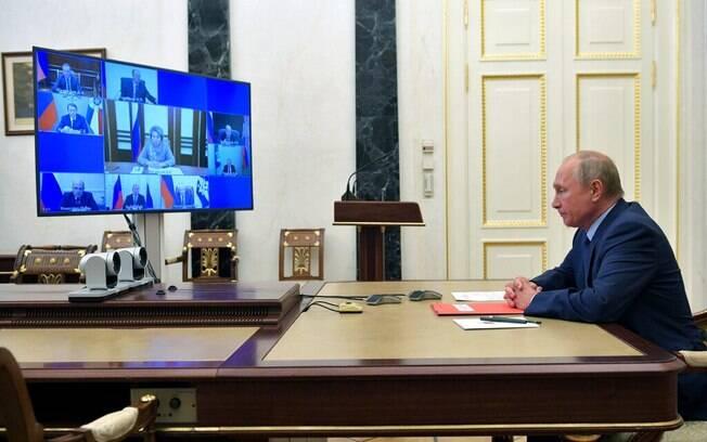 Vladimir V. Putin, que trabalha em casa atualmente, falou com o Conselho de Segurança da Rússia por um link de vídeo na sexta-feira