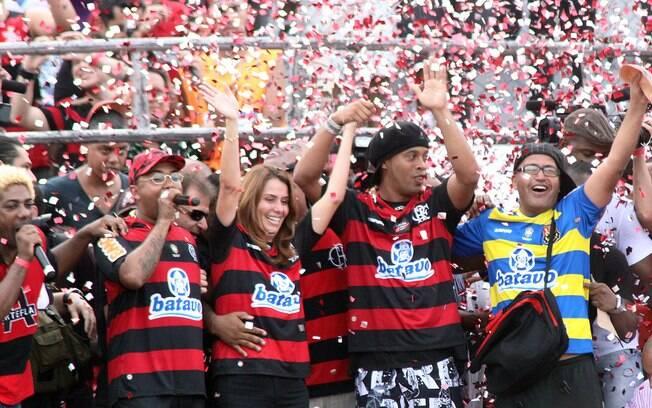 Ronaldinho Gaúcho foi apresentado com festa e  muita empolgação no Flamengo