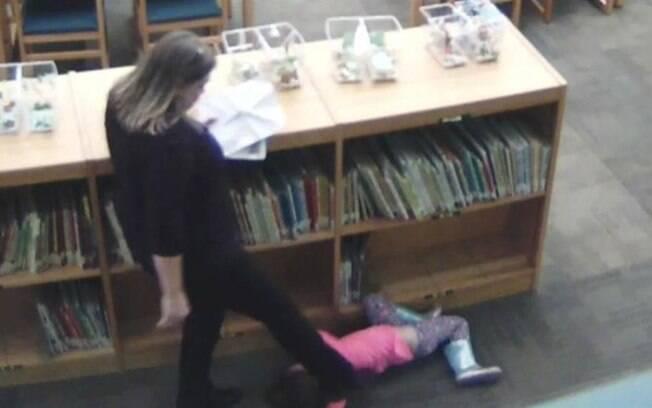 Imagens de uma câmera de segurança mostram a professora puxando e depois chutando aluna de cinco anos
