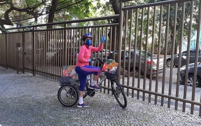 Gisela de Castro entrega livros de bicicleta em meio à pandemia de Covid-19