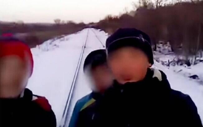 Cinco adolescentes geraram uma ocorrência policial ao fazer selfie e vídeos na frente de um trem na Rússia