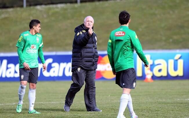 Felipão orienta treino da seleção em Genebra  antes de amistoso contra a Itália