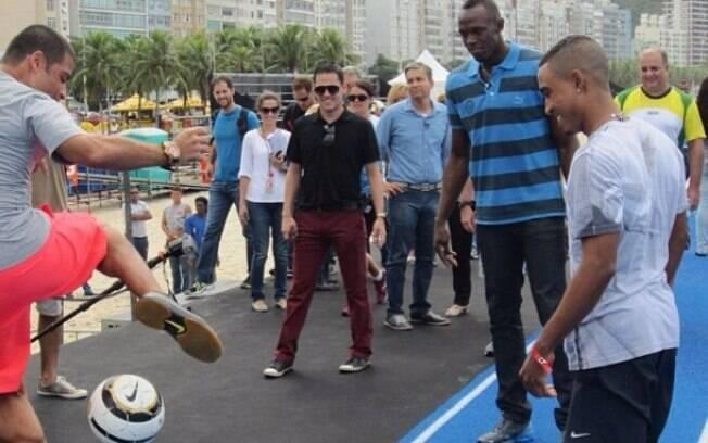 E se impressionou e fez elogios aos  brasileiros: 'Parecem comer, dormir e correr  futebol'