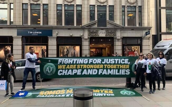 Familiares de vítimas do voo da Chapecoense protestam em Londres por indenização