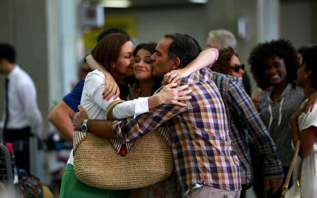 Julia Lemmertz, Bruna Marquezine e Humberto Martins gravam em aeroporto