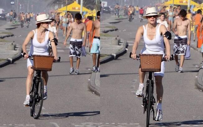 Christiane Torloni pedala pela orla da Barra da Tijuca