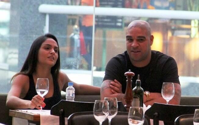 Adriano almoça com a namorada em restaurante  no Shopping Rio Design, na Barra da Tijuca