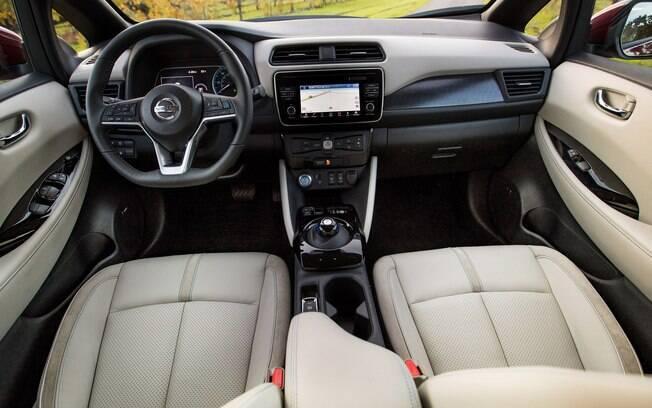Interior também segue o padrão do Kicks, mas com pitadas de sofisticação típicas de um carro elétrico