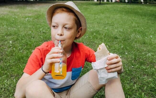 Na hora que bater a fome na criança, procure sempre por opções mais frescas e saudáveis e não se esqueça da hidratação