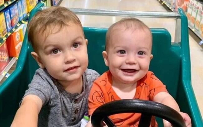 Elliot e Isaac em carrinho de supermercado