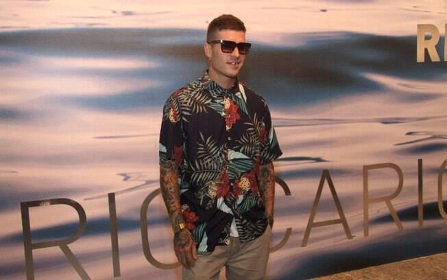 Mateus Verdelho e famosos circulando no terceiro dia de Fashion Rio  no Pier Maua
