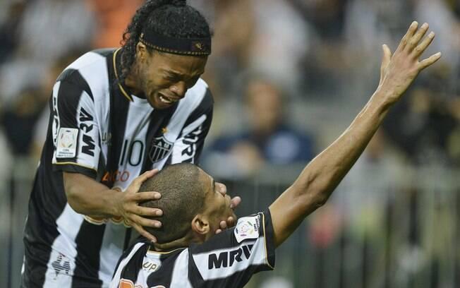 Ronaldinho e Leonardo Silva comemoram o  segundo gol do Atlético