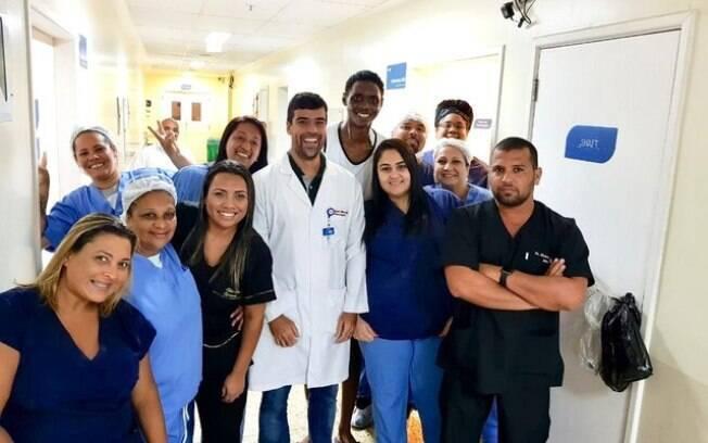 Vítima do incêndio no Ninho do Urubu, Jhonata Ventura entre os médicos do Hospital Pedro II