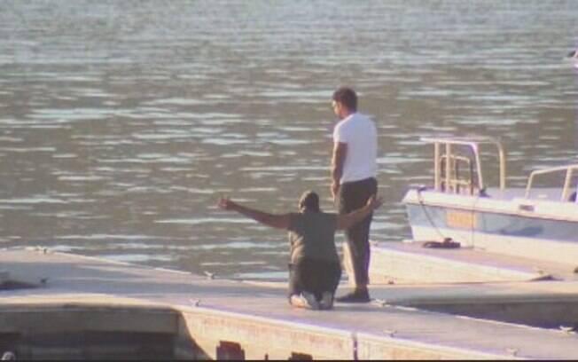 Mãe e irmão de Naya Rivera em frente a lago onde a atriz teria desaparecido