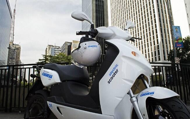 Moto elétrica (modelo e-max 120S) da Cooltra. É preciso ter CNH da categoria A