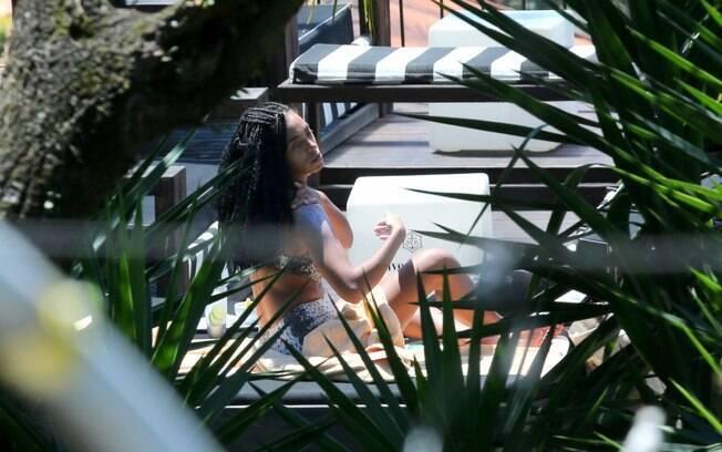 Solange Knowles curte piscina de hotel no Rio de Janeiro