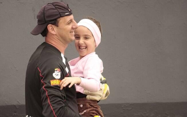 Rogério Ceni com a filha Beatriz nos braços  após treino do São Paulo