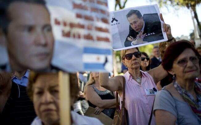 Manifestantes protestam contra a morte de Nisman em Buenos Aires, em março: suicídio?