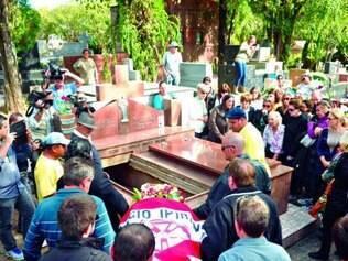 Corpo de Bernardo, 11, foi sepultado ontem em Santa Maria (RS)