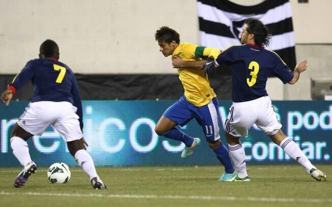 4871537149 Zagueiro da Colômbia agarra Neymar. Foto  Mowa Press