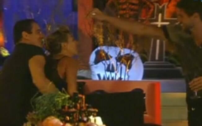 Jonas quebra alguns ovos na cabeça da loira, enquanto Rafa se certifica de que ela não fugirá