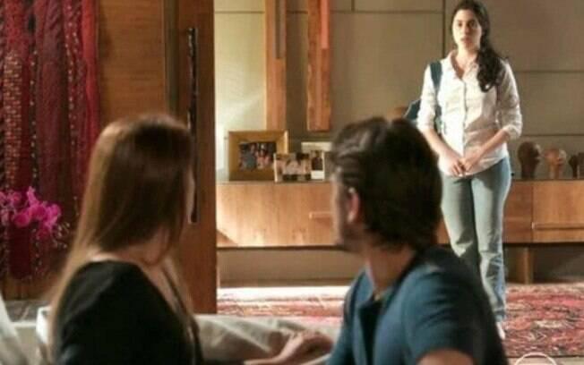 Rafael tenta beijar Lili, mas é interrompido por Fabinho e Débora