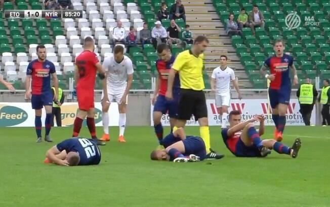 Três jogadores do Nyíregyháza Spartacus, da Hungria, se machucaram no mesmo lance e ficaram caídos no gramado