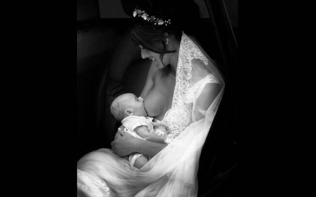 Foto de noiva amamentando viralizou nas redes sociais e tem mais de 26 mil interações e 11 mil compartilhamentos
