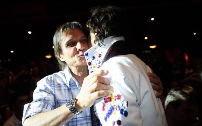Roberto Carlos assistiu ao show de humor de Tom Cavalcanti no terceiro dia do cruzeiro