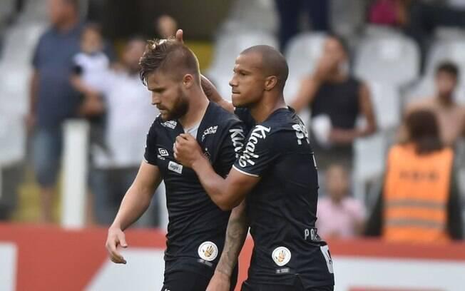 Sacha e Sánchez, os responsáveis pelos gols do Santos contra o CSA neste domingo pelo Campeonato Brasileiro