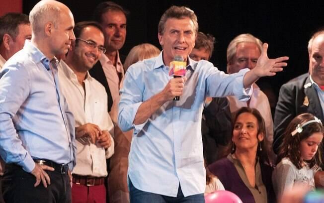 Horacio Rodríguez Larreta, à esq., e Mauricio Macri, centro, após prévia em Buenos Aires (26/04)