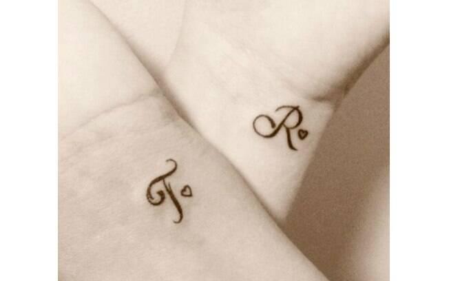 Uma das ideias mais clássicas de tatuagens de casal é tatuar a inicial do amado