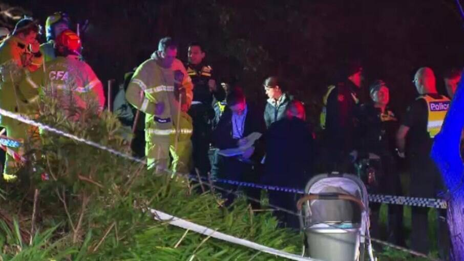 Polícia fazem perícia em local onde bebê de três meses e sua mãe foram atropelados por trem, na Austrália