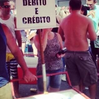 Ambulantes de adaptam à preferência do público aceitando cartões