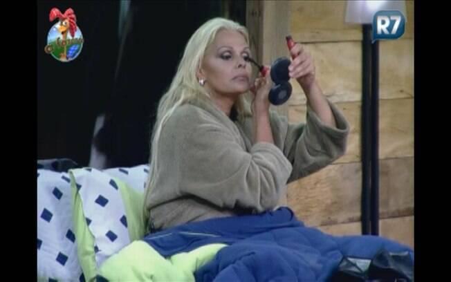 A única a permanecer acordada, Monique passa maquiagem