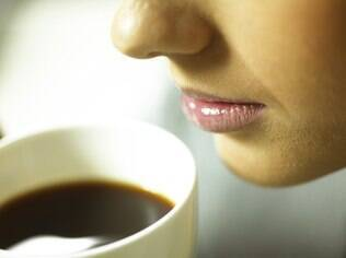 O segredo para se livrar de um hábito é trocá-lo por outro costume que dê a mesma compensação: abandonar o café é mais viável se você trocá-lo por chá ou outra distração