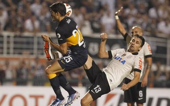 Paulo André tenta tirar a bola de Blandi