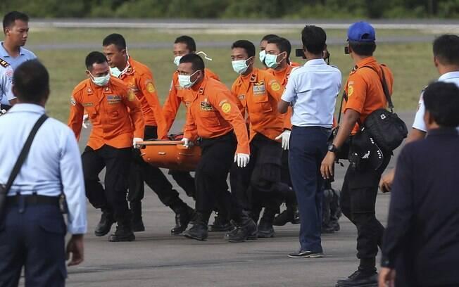Buscas por corpos e caixa-preta do avião da AirAsia são dificultadas pelo tempo. Foto: AP