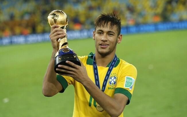 Neymar com a taça da Copa das Confederações