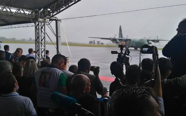 Debaixo de chuva, primeiro avião da FAB com os corpos da Chapecoense poucou em Chapecó às 09h28 de sábado